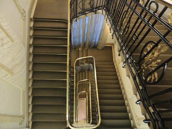 Savoy Hotel: Escadaria que dá acesso aos halls dos quartos