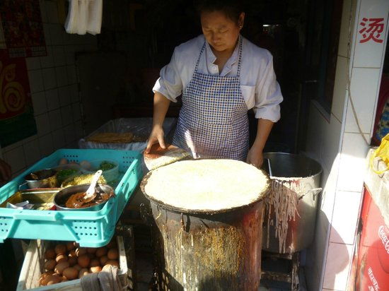 UnTour Shanghai Food Tours : Street vendor preparing jianbing (Chinese crepes)