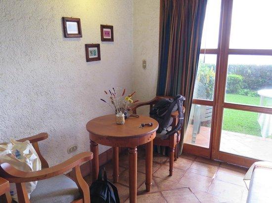 Hotel Posada de Don Rodrigo Panajachel: Seating area in room 302