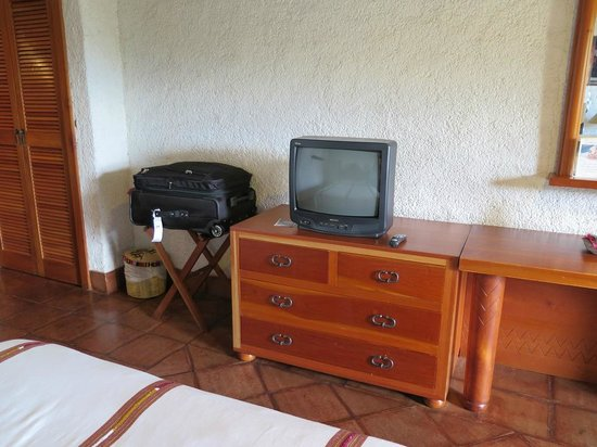 Hotel Posada de Don Rodrigo Panajachel: View of bureau and TV