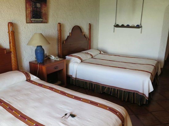 Hotel Posada de Don Rodrigo Panajachel : View of 2 queen beds in room 302