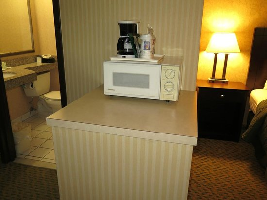 Quality Inn: View of microwave and coffee machine