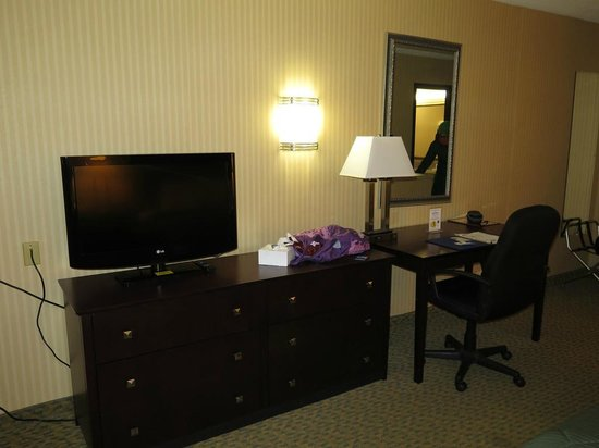 Quality Inn: View of flat screen TV and desk area