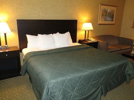Quality Inn Old Saybrook - Westbrook: View of king size bed