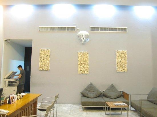Sugar Palm Grand Hillside: reception lobby (right side)