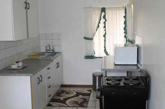 Lincoln Cottages: Obikwa Apartment kitchen