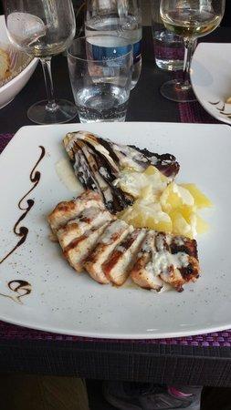 L'Utopia Brunch Restaurant: Trancio di maiale con radicchio patate e salsa blu. Squisito.