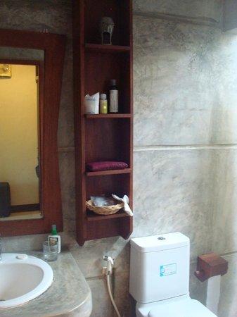 Noppharat Resort: bathroom in Deluxe Bungalow