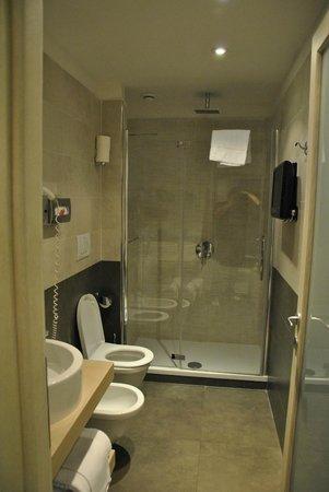 Hotel De Petris: Baño amplio