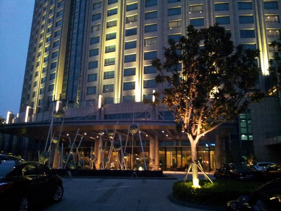 InterContinental Suzhou: hotel entrance by evening
