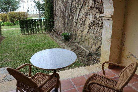 Parador de Ronda : 1階には庭付き、庭の外でギターの演奏