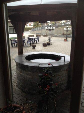 Urlaubshotel Binder : Innenhof mit Brunnen