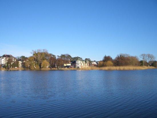 Seebad Bansin, Germany: Blick von der anderen Seite des Sees auf das Schloon Idyll