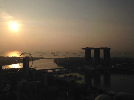 Swissotel The Stamford Singapore: Sunrise and View from 63. Floor