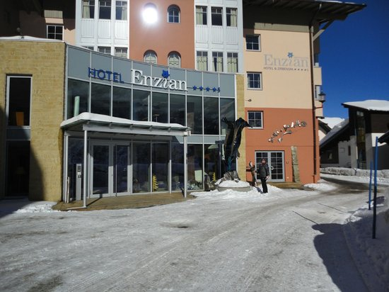 Hotel Enzian: Front of hotel