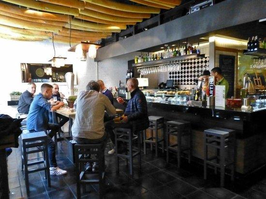 Moderne Bar moderne tapas bar im mercado san anton picture of la trastienda