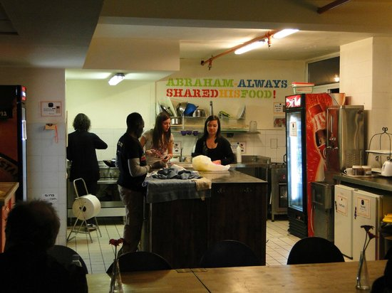 Abraham Hostel Jerusalem: The main kitchen. Everybody can prepair their meals anytime and anyday