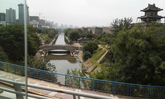 Xi'an City Wall (Chengqiang): 명대성벽 앞 수로