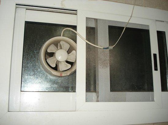 Moon Valley Hotel Apartments: Badlüfter verdreckt und freihängendes Kabel