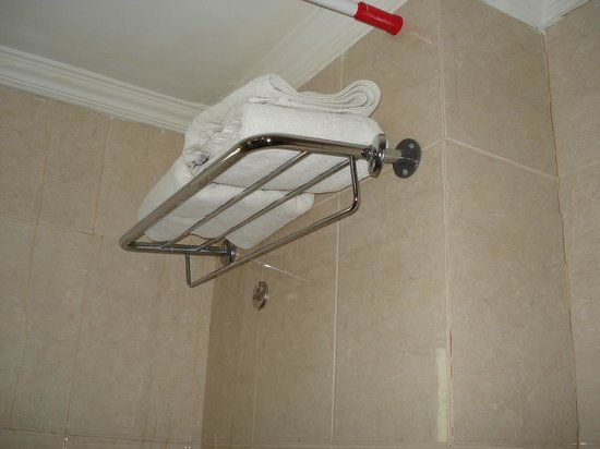 Moon Valley Hotel Apartments: handtuchhalter fällt fast ab
