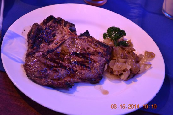Blue Rock Beach Resort: The T-Bone for P780 was amazing!