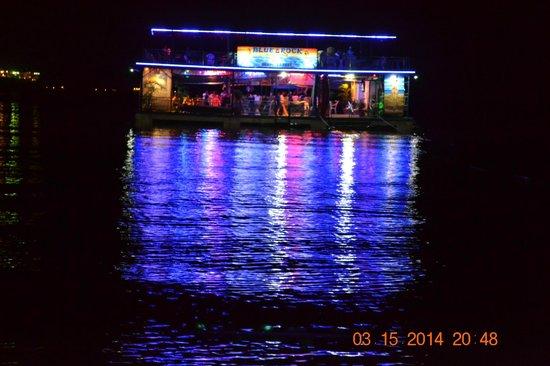 Blue Rock Beach Resort: Floating bar of Blue Rock