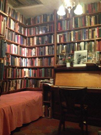 Librairie Shakespeare and Company : Piano upstairs