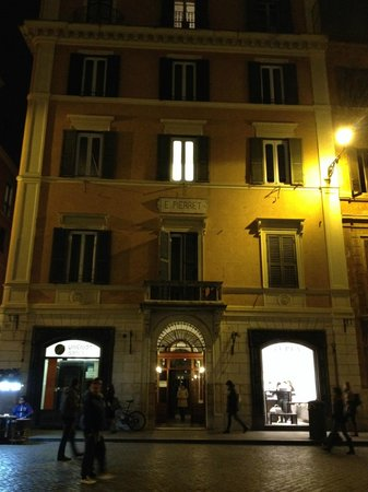 Relais Pierret Piazza di Spagna : Front of Hotel from Piazza di Spagna