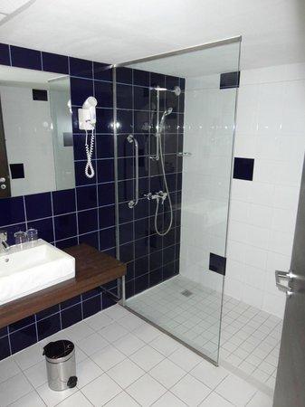 Park Inn by Radisson Sarvar: в номере 2 ванные комнаты