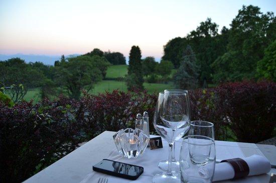 Pavillon du Golf: Vistas del Golf desde nuestra mesa