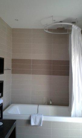Neotelia Pavillon Bel Air : la baignoire et la douche