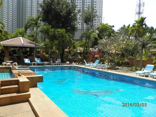 Riviera Resort Pattaya: 緑ある静かなプール