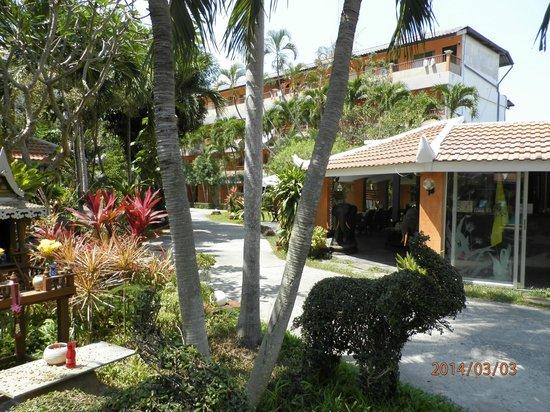 Riviera Resort Pattaya: エントランス  敷地も緑があります