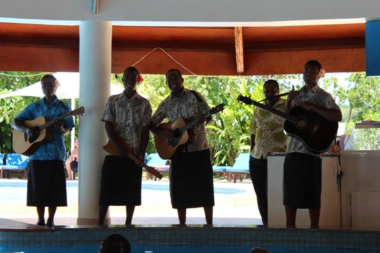 Naviti Resort: Lovely singers by the pool