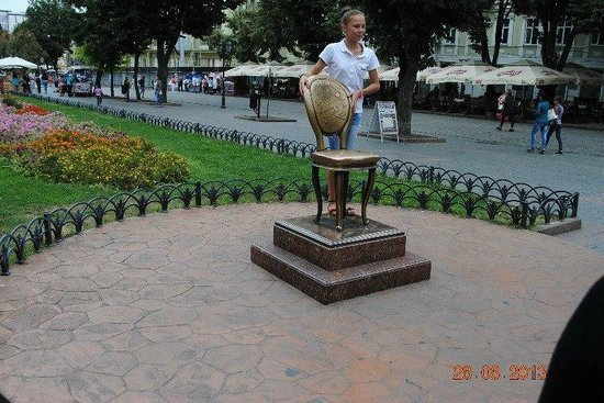 City Garden: Памятник 12 стулу