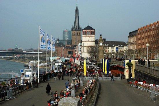 Swissotel Düsseldorf/Neuss: Aan de overkant van de Rhein ligt de Altstadt van Düsseldorf