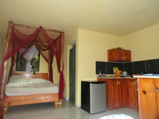 Jurassic Park Hotel : Comfortable bed with mosquito net and kitchen equiped with basic necessities