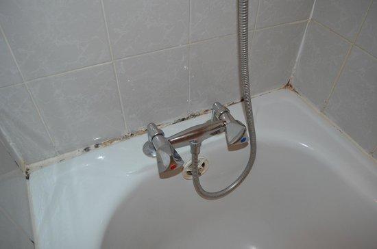 Hotel des Buttes Chaumont: Ablagerungen in den Fugen der Badewanne - Zimmer #11