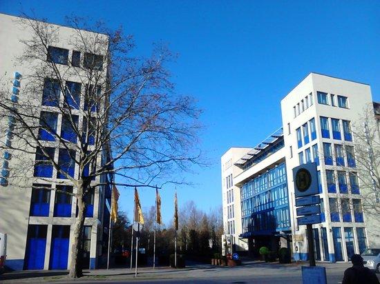 Park Hotel Berlin Neukolln: Вид на отель с автобусной остановки