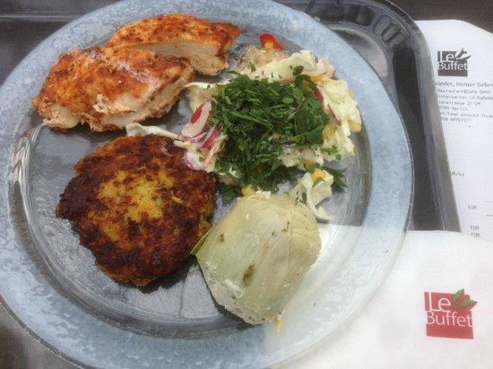 LeBuffet Berlin KaDeWe: ca 60g Huhn, ein Hirsetaler, ein Artischockenboden, Salat