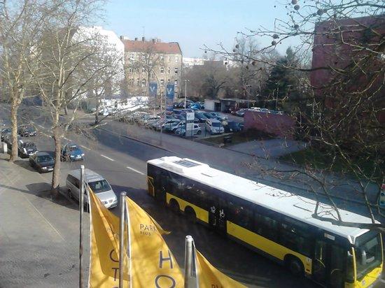 Park Hotel Berlin Neukölln: Автобус под окнами