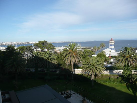 Vila Galé Cascais : Vista del faro, de la marina y del mar desde nuestra habitación