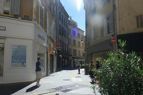 Vieil Aix: City shopping lane-way