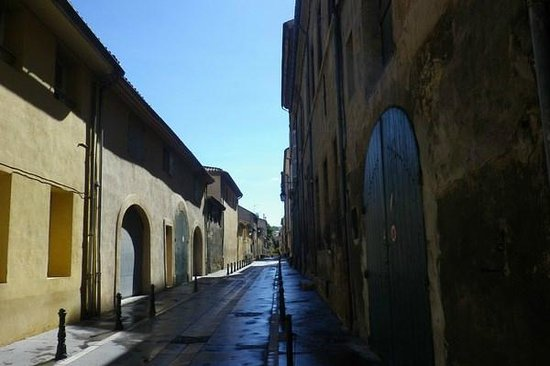 Vieil Aix: City residential lane-way