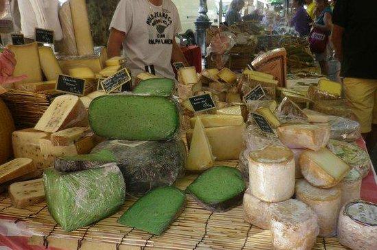 Vieil Aix : Market cheese stall