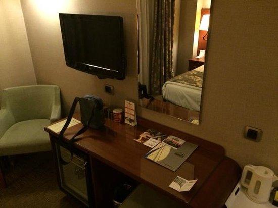 InnPera Hotel: TV und Schreibtisch