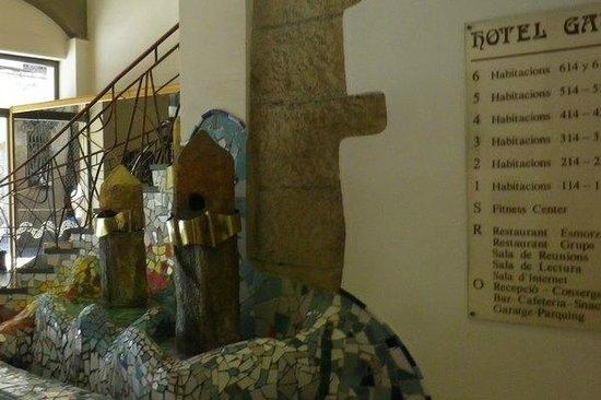 Hotel Gaudi: Water feature in hotel foyer.