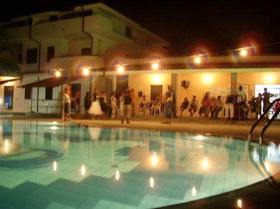 Hotel Residence Rosy: Foto scattata dalla piscina in attività serale