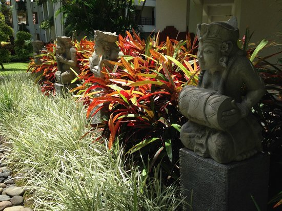 Grand Hyatt Bali: Colorful foliage everywhere with statuary