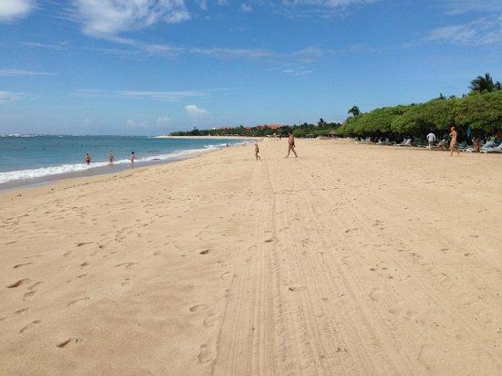 Grand Hyatt Bali: Long, clean, wide, safe beach